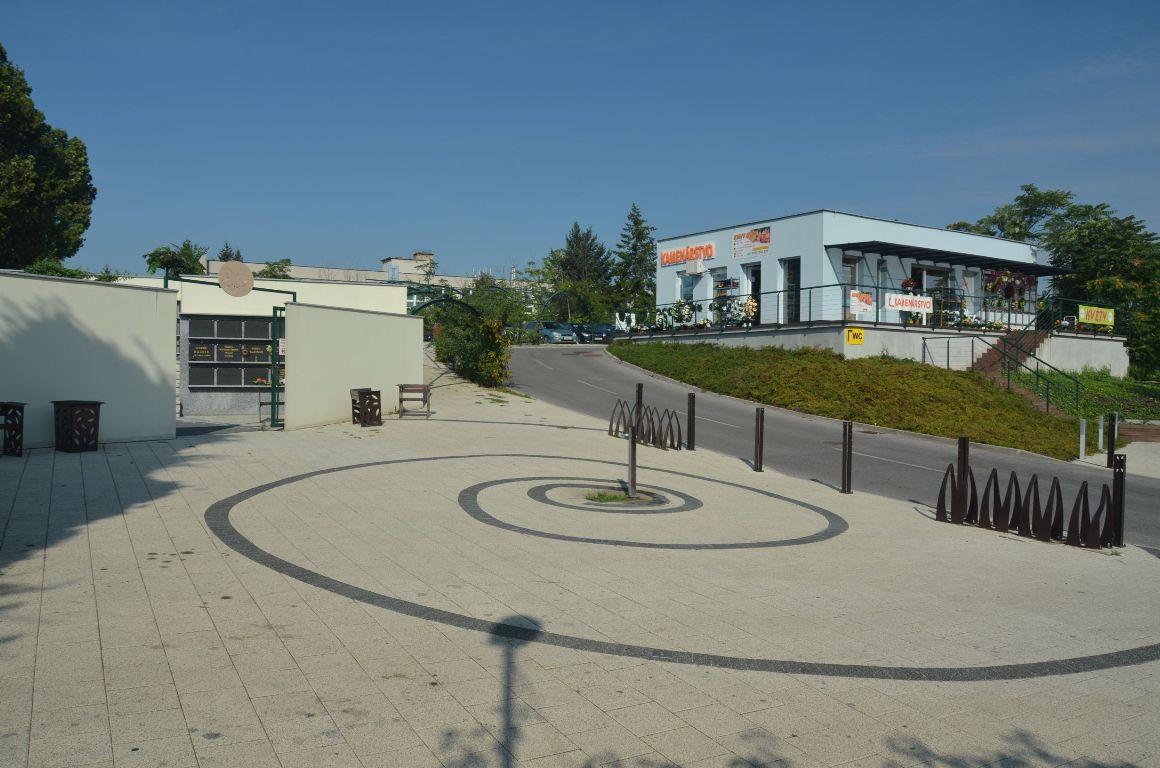 Kolumbárium a parkovisko – Mestský cintorín Nitra 1