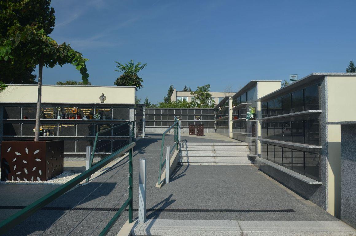 Kolumbárium a parkovisko – Mestský cintorín Nitra 2