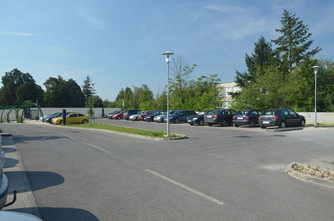 Kolumbárium a parkovisko – Mestský cintorín Nitra 3