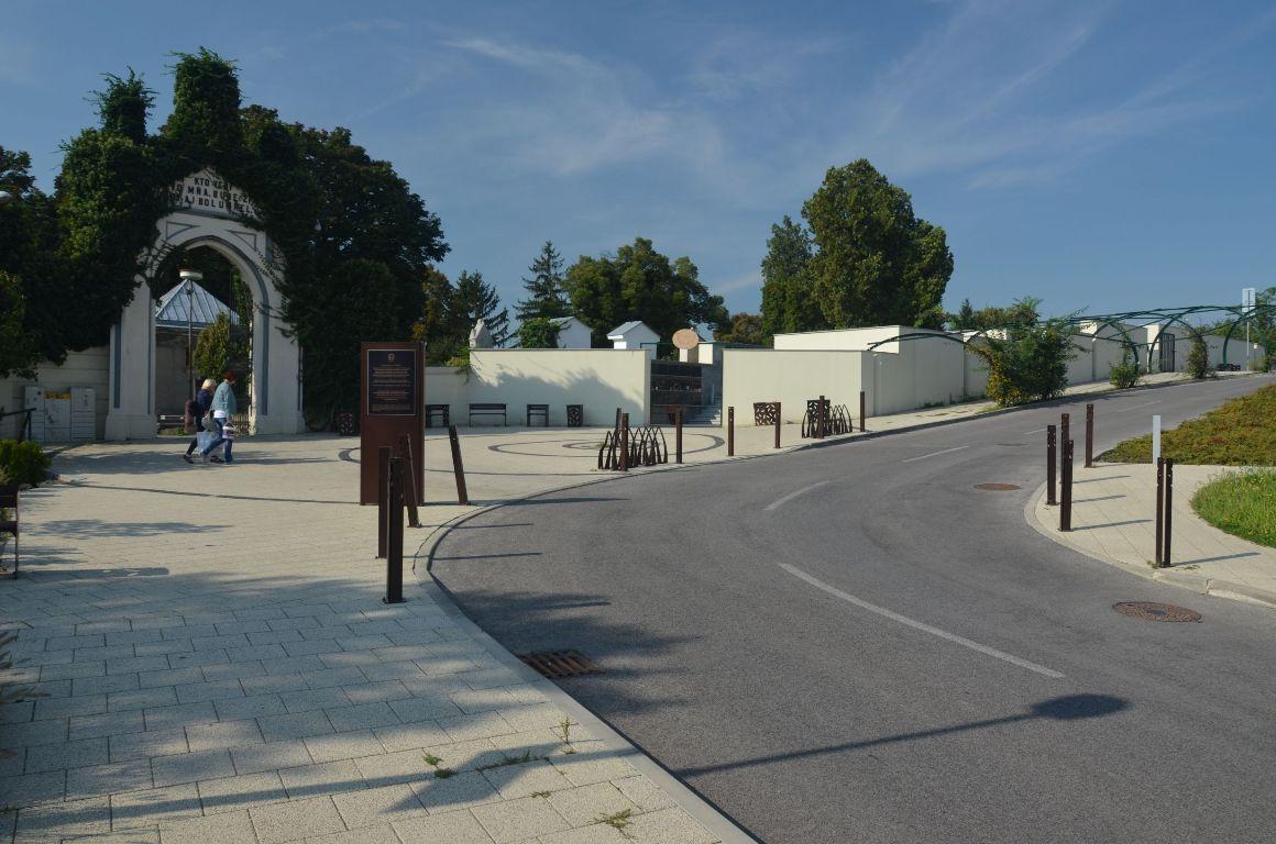 Kolumbárium a parkovisko – Mestský cintorín Nitra 4